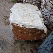 gard bordurat umplut cu piatra